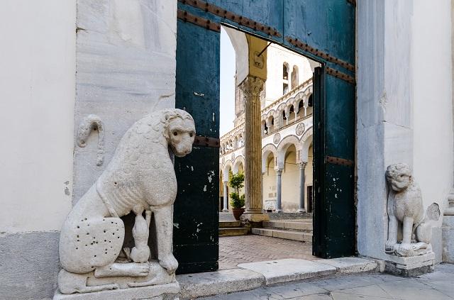 portone d'ingresso con statue del duomo di san matteo a Salerno